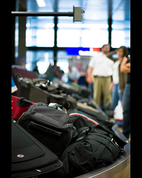 此外加航新规定婴儿虽不占用座位,特为婴儿托运的行李却要付费.