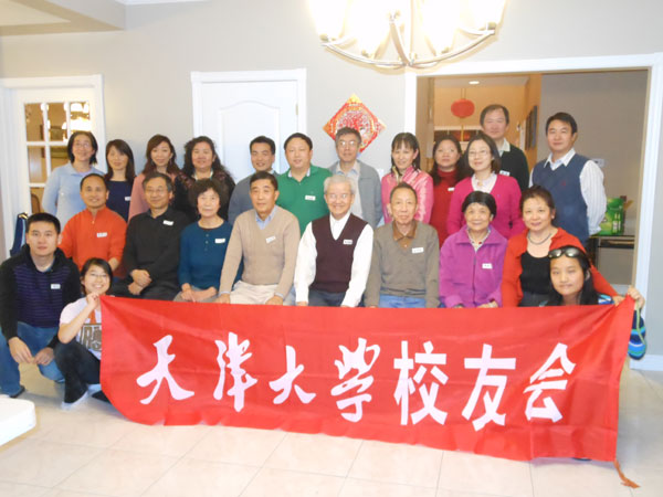 多伦多天津大学校友会为欢庆龙年的到来,近30名校友及家属举办了春节